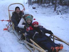 Цялото семейство е на теглена от елени шейна в Лапландия